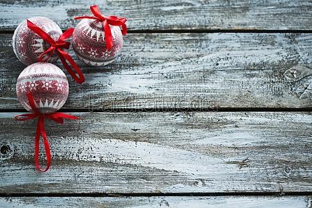 weihnachtskugeln auf holzwand