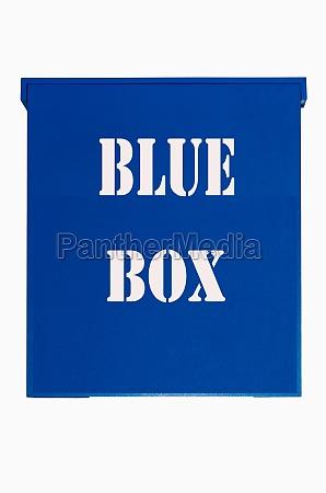 blue box auf weissem hintergrund