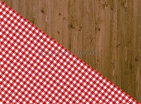 holztisch mit diagonaler tischdecke in rot