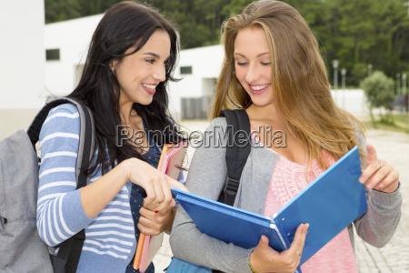 zwei schoene teenager studenten
