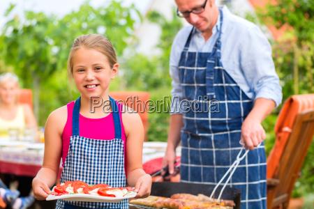 grillparty bei familie im garten vor