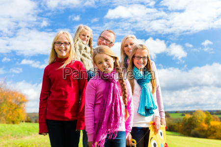 familien spaziergang im herbst park