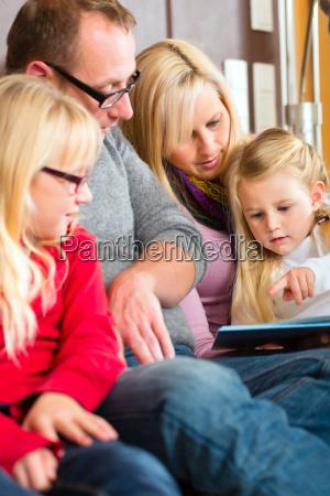 familie beim geschichten vorlesen