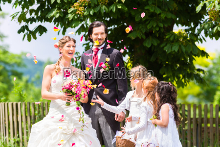 wedding couple with flower children