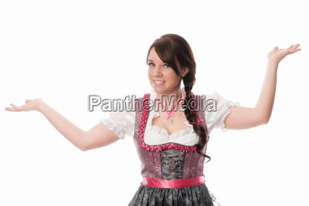 bayrisches maedchen zeigt mit dem finger