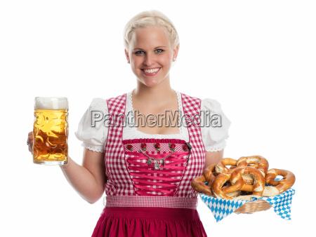 madl mit bier und brezel