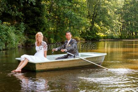 junge gerade verheiratete braut und braeutigam
