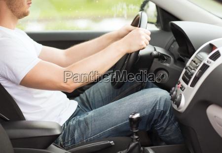 mann faehrt auto mit schaltgetriebe
