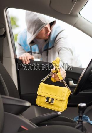 dieb stiehlt tasche aus dem auto