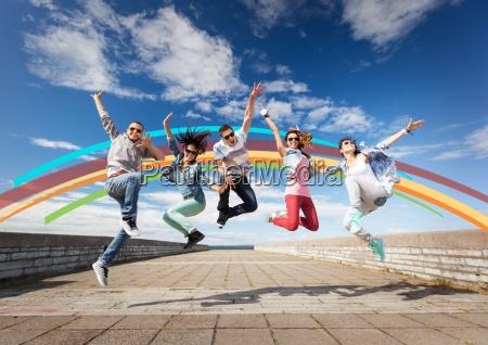 gruppe von teenagern springen