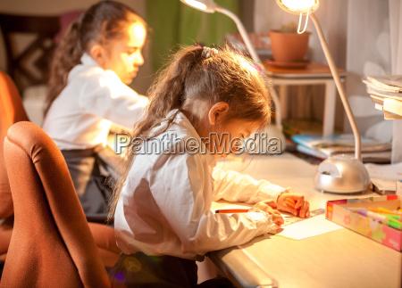 schwester hausarbeit hausaufgaben heimarbeit tafel tisch