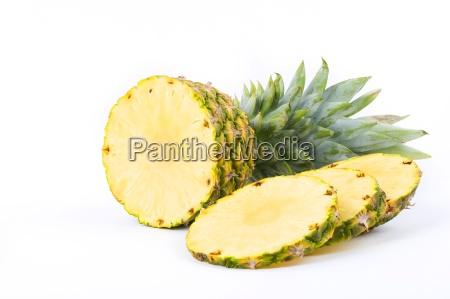 ananas mit scheiben auf einem weissen