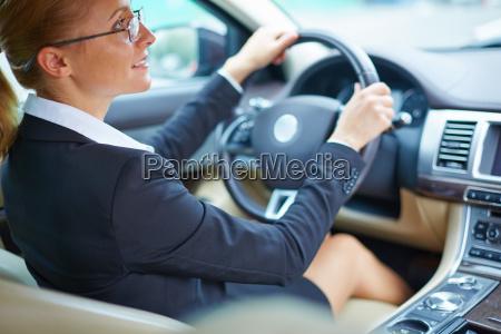 geschaeftsfrau im auto