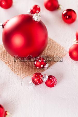 grosse und kleine rote christbaumkugeln auf