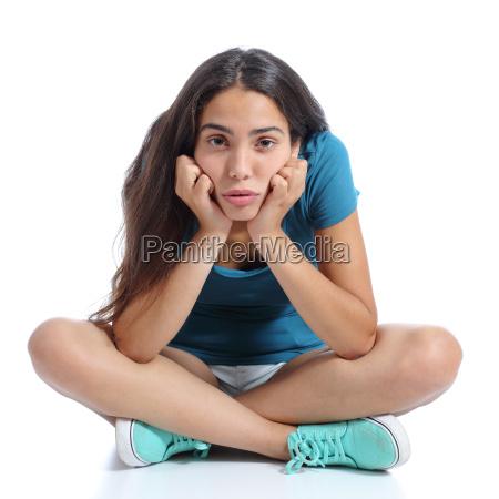 bored teenager maedchen sitzt mit gekreuzten