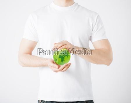 mann haende halten gruene kugel weltkugel