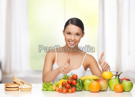 frau mit fruechten junk food ablehnung