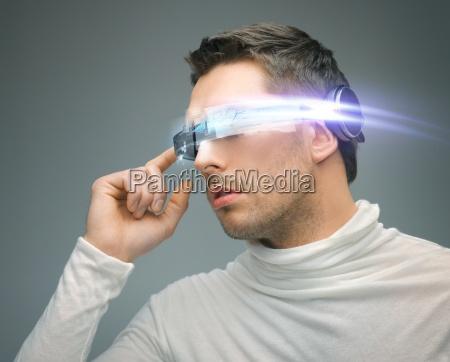 mann mit digitalen brille