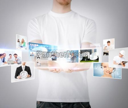 mann haende mit virtuellen bildschirmen