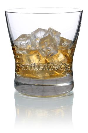 whisky im glas mit eiswuerfeln isoliert