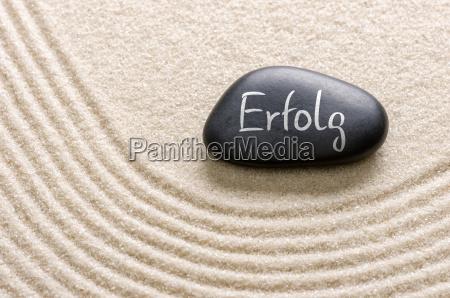 schwarzer stein mit der aufschrift erfolg