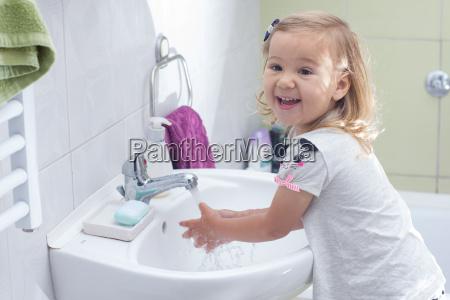 kleines maedchen das waschen der haende