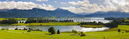 panorama landschaft in bayern mit forggensee