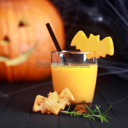 halloween orangensaft mit fliegenden fledermaeuse