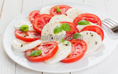 italienische caprese salat mit tomaten und