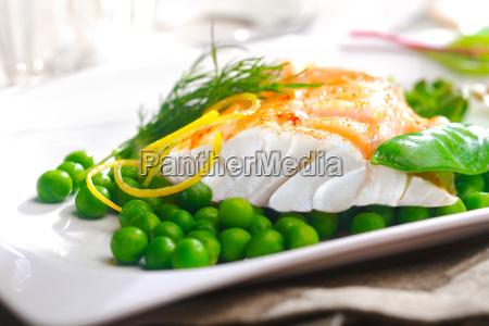 koestliche ofen gebacken fischfilet mit erbsen