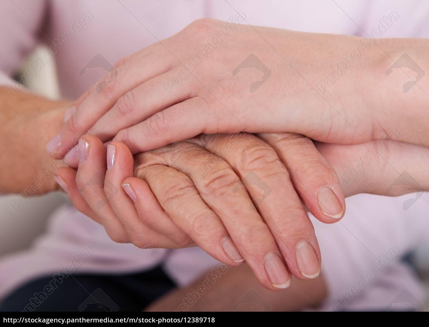 junge, frau, welche, die, hand, der, älteren - 12389718