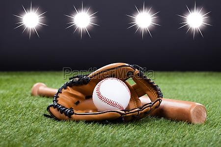 baseballhandschuh mit baseball und bat