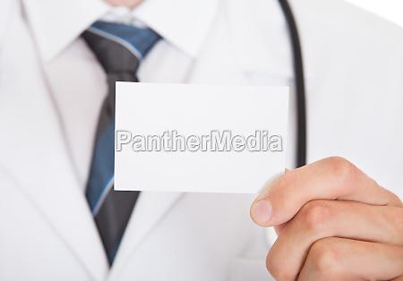doktorhand die leere karte zeigt