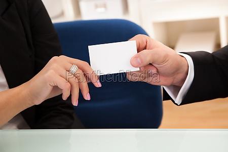 mann UEbergabe einer visitenkarte