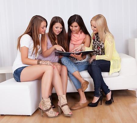 vier weibliche freunde in einem ordner