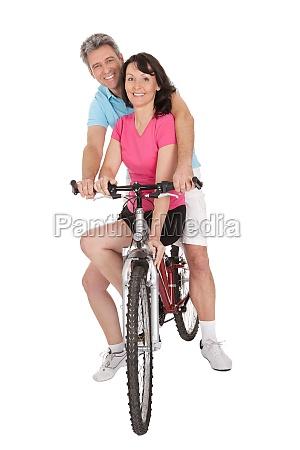 aeltere aktive paar treibt sport