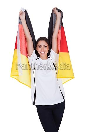 attraktive frau zeigt flagge von deutschland