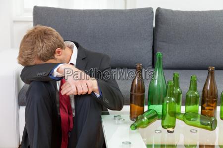 deprimiert geschaeftsmann betrunken zu hause