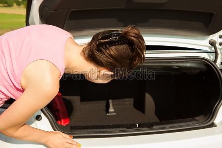 frau die im auto schaut