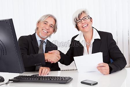 senior partner bei einem geschaeftstreffen