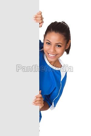 glueckliches junges maedchen holding volleyball und