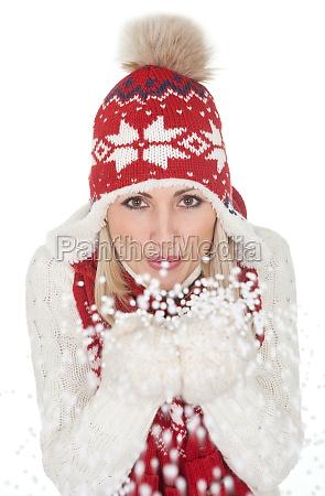 schoene frau in der warmen winterkleidung