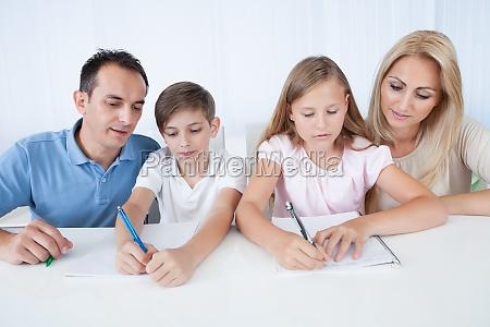 eltern helfen ihre kinder bei den
