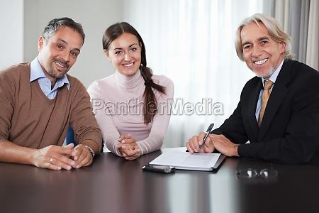 finanzberater in treffen mit einem jungen
