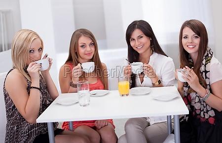 stilvolle frau mit kaffee