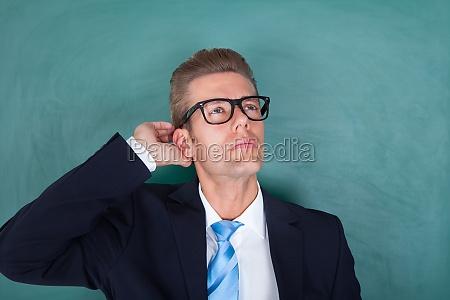 portraet der nachdenklichen maennlichen professor