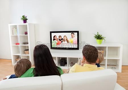 junge familie schaut fern
