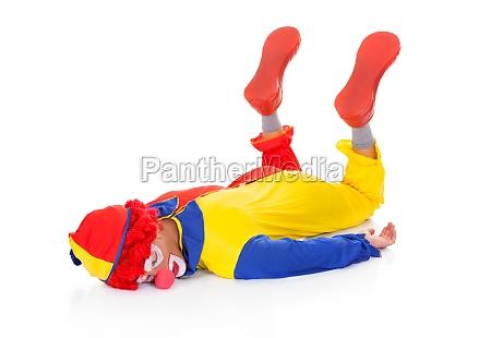 erschoepft clown auf dem bauch liegen
