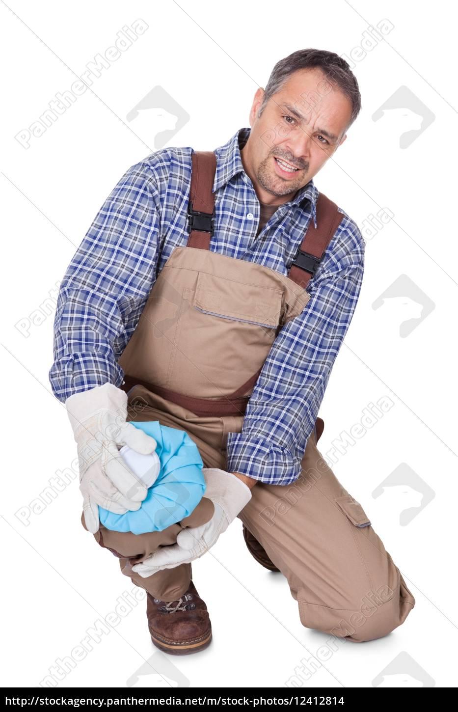 aufbau-mann, mit, knieschmerzen - 12412814