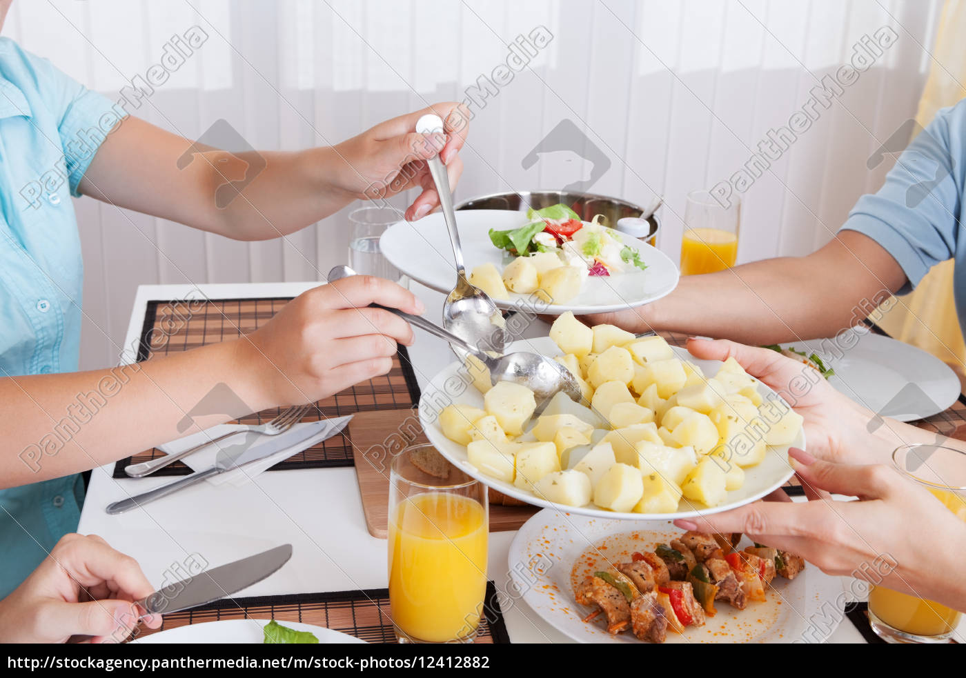 familie, essen, ein, kaltes, mittagessen - 12412882